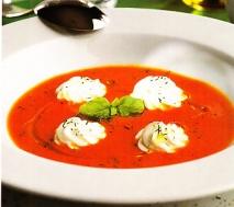 Sopa de tomate aromática
