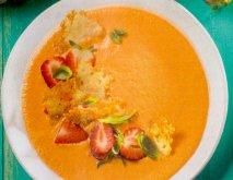 Sopa fría de fresas con crujiente de queso parmesano