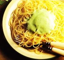 Espaguetis a la crema de albahaca