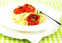 Espaguetis con tomate al romero