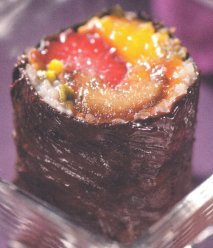 Sushi chocolatado con frutas y pistacho