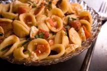 Receta de Tagliatelle con tomate, queso feta y albahaca