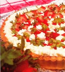 Tarta de fresones con crema, nata y mermelada