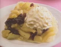 Tarta de manzana con frutos secos y nata