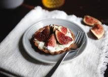 Tartaletas de crema de tres quesos con brevas y miel
