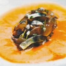 Tartar de sardinas y anchoas con sopa de romesco
