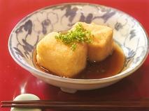 Tofu frito con salsa de soja  (Agedashidofu)