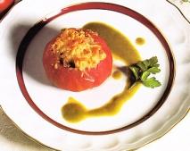 Tomates rellenos con salsa de pimientos
