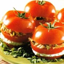 Tomates rellenos de queso y atún