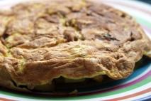 Tortilla de berenjenas con pasas y piñones