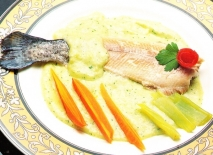 Trucha al vapor con salsa de huevo