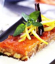 Turrón de miel con membrillo y salsa de caramelo y canela