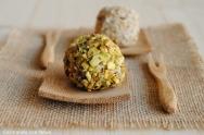 Uvas rebozadas con pistachos y semillas de sésamo